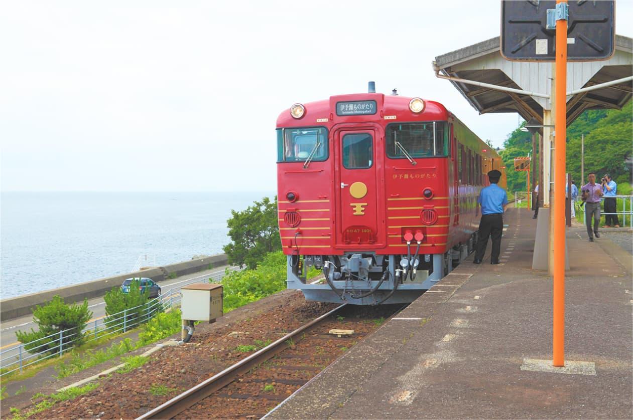 レトロモダンな観光列車で楽しむ車窓と食事。非日常な鉄道の旅へ。