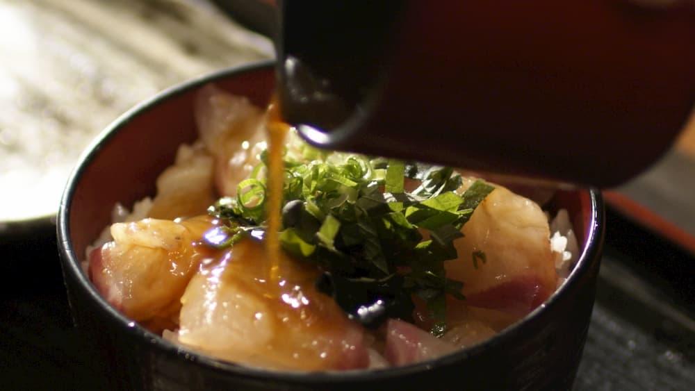 「宇和島鯛めし」・醤油だれをかけて食す。