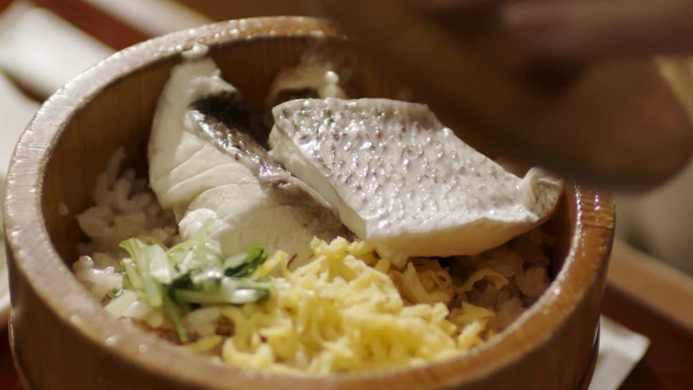 「松山鯛めし」・ふっくらした鯛の身をまぶす。
