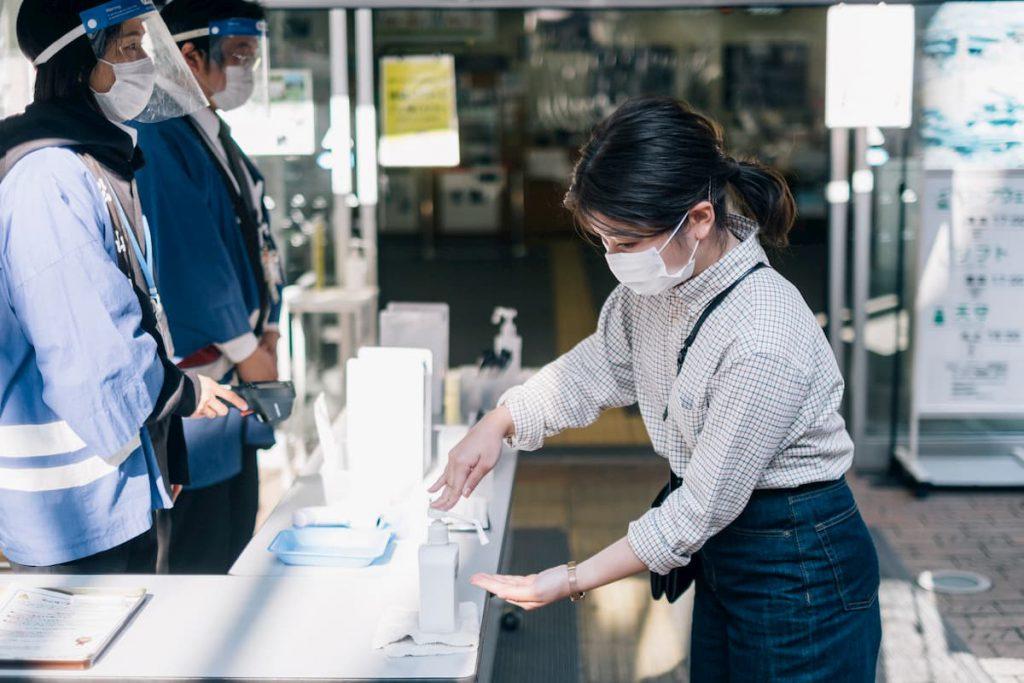 乗り場の入り口では、検温、手指の消毒、氏名や電話番号の記入をする