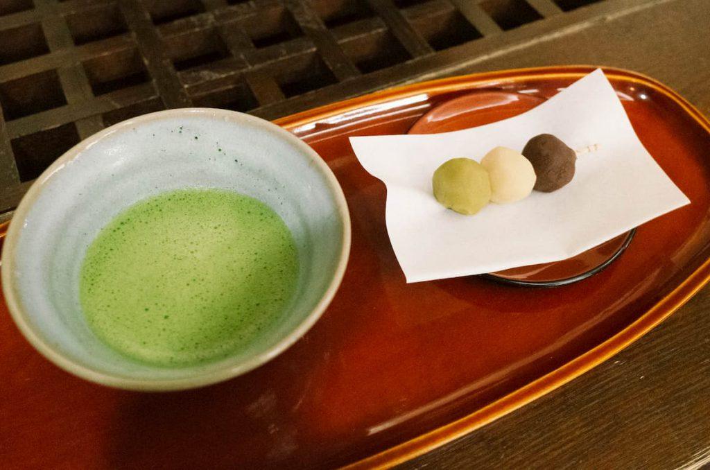 3色餡の団子が連なる愛らしい和菓子「坊っちゃん団子」