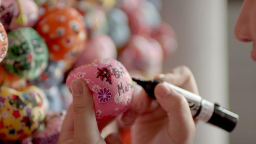 地元の女性たちが縮緬生地で一つ一つ手作りしている湯玉のようなお結び玉