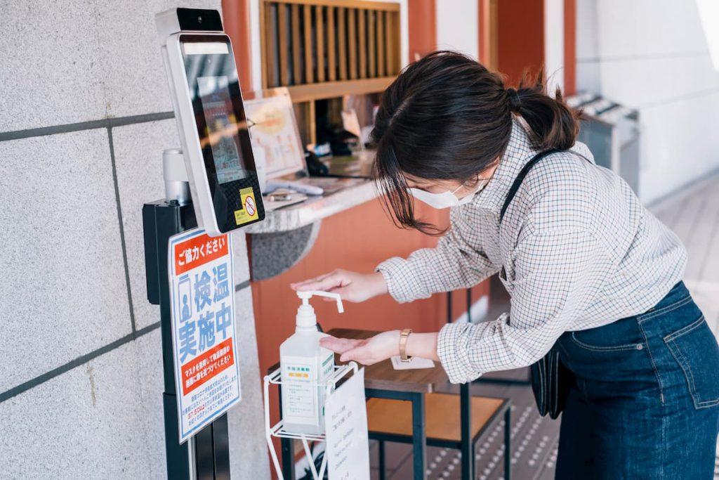 道後温泉の施設では、検温、手指の消毒など感染症対策に取り組んでいます