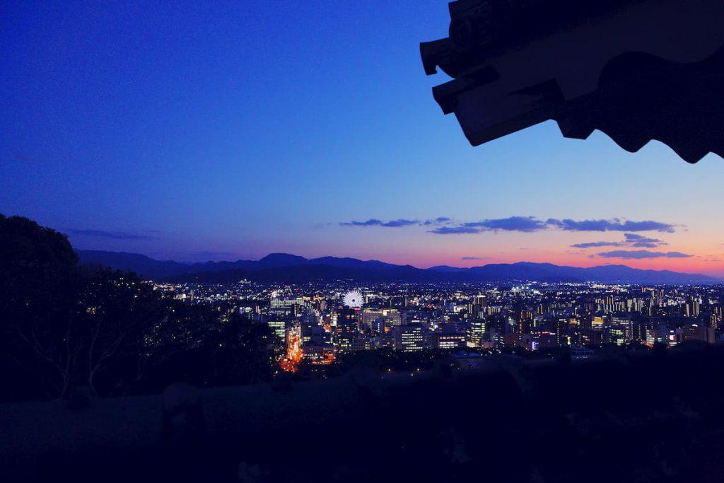 松山城の城郭から見渡す松山市の市街地